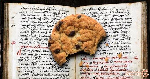 کتابی چهارصد ساله که یک شیرینی شکلاتی را در خودش پنهان کرده بوده! +تصاویر