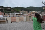 ببینید | تنیسبازی دختران همسایه از دو سوی دو پشت بام در روزهای قرنطینه