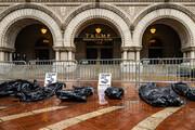 ببینید | کیسههای نمادین اجساد قربانیان کرونا در مقابل «هتل ترامپ»