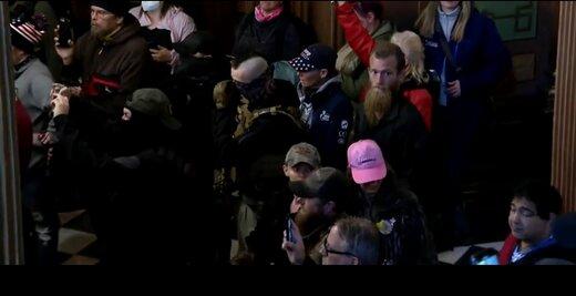 آمریکاییهای خشمگین با اسلحه به سمت کنگره رفتند