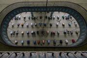 ببینید | تصویری دیدنی از برگزاری نماز جماعت با رعایت فاصله گذاری اجتماعی