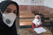 عکس | سلفی جالب معلم با تنها دختر بچه ای که در روز بازگشایی مدارس دست به سینه در کلاس نشسته!