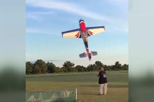 ببینید   مهارت فوقالعاده در کنترل هواپیمای رادیو کنترلی و سانحه ناگهانی
