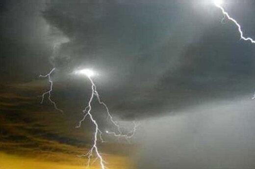ببینید   شکار لحظه زیبای صاعقه در آسمان تبریز