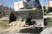 ببینید | ویدئویی تلخ از مقاومت زن تنها در برابر بولدوزر شهرداری کرمانشاه که با مرگ زن، جنجال به پا کرد