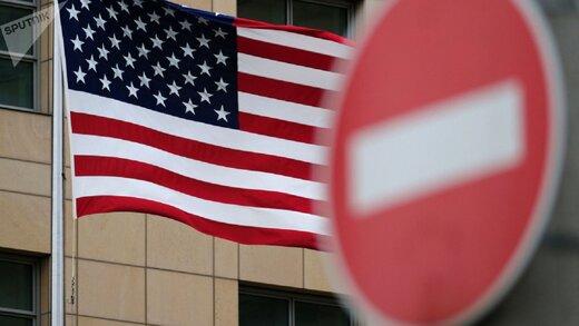 مرد معترض آمریکایی، پرچم کشورش را به آتش کشید