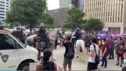 پلیس هوستون زن معترض را با اسب لگدمال کرد/عکس