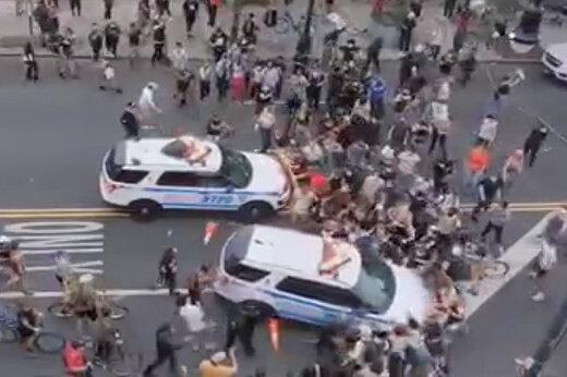 ببینید | صحنهای عجیب از حمله و زیرگرفتن معترضان آمریکایی توسط پلیس نیویورک!