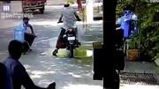ببینید | لحظه آتش گرفتن موتور و موتورسوار در هند هنگام ضدعفونی شدن توسط مامور ضدکرونا!
