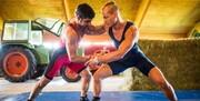 تمرینات قهرمان کشتی جهان در مرغداری/عکس