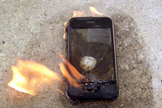 ببینید | آتش گرفتن ناگهانی موبایل در جیب فروشنده پتو در قم
