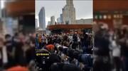 ببینید | صحنهای کم نظیر در قلب آمریکا/ محافظت از معترضان مسلمان در حین اقامه نماز