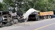 ببینید | تصادف شدید دو کامیون به دلیل واژگونی یک کامیون دیگر در جاده دیلمان که قربانی گرفت