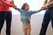 ببینید | نجات معجزه آسای کودک سمیرمی از مرگ حتمی توسط مغازه دار شجاع !