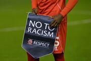 زانوی فوتبال روی گردن نژادپرستی