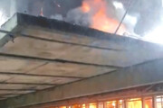 ببینید | آتش سوزی ۲ خانه در رشت بر اثر برخورد کامیونت با کابل برق!