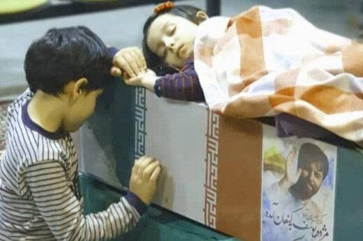 ببینید | مداحی پسر شهید جواد الله کرم برای پدرش