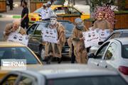 عکس | ایده خلاقانه گروههای تئاتر خیابانی در کرمانشاه برای هشدار کرونایی، پشت چراغ قرمزها