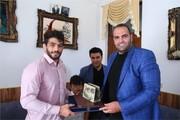 نصب پلاک افتخار بهداد سلیمی و حسن یزدانی بر سردر منزل آنها /عکس