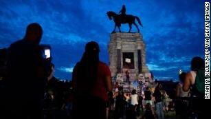 معترضان خشمگین مجسمه جورج واشنگتن را هم به زیر کشیدند/عکس