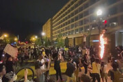 ببینید | آتش زدن پرچم آمریکا به دست معترضان در نزدیکی کاخ سفید