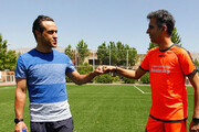 کادوی ویژه علی کریمی به عادل فردوسیپور/عکس