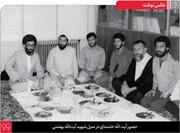 تصویر دیده نشده از رهبر انقلاب بر سر سفره، در منزل شهید آیت الله بهشتی