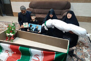 عکس | وداع یک مادر شهید مدافع حرم با پیکر فرزندش
