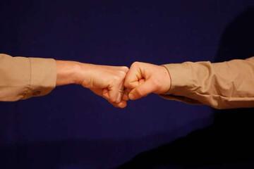 مشت زدن به جای دست دادن روشی ایمن است؟