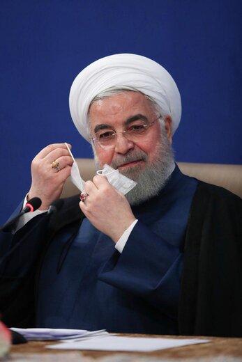 روحانی در حال زدن ماسک در جلسه دولت پس از پایان صحبتهایش