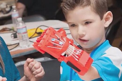 ببینید | ساخت اندامهای مصنوعی با کمک در بطریهای دور ریختنی
