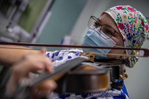 ببینید | پرستاری که برای بیماران کرونایی ویولن مینوازد