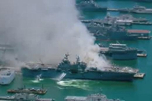 ببینید | ناو جنگی آمریکایی همچنان در آتش میسوزد