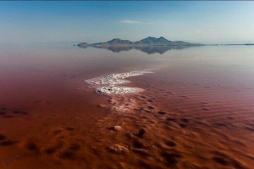 چرا آب دریاچه ارومیه در تابستان قرمز میشود؟