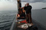 ببینید | اقامه نماز جماعت بر روی زیردریایی