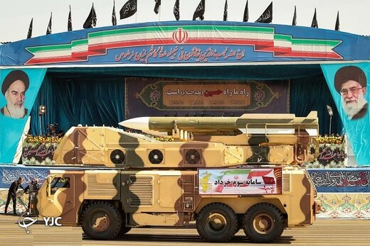 تصویری از رهبر انقلاب در کنار سامانه پدافندی مجهز به موشکهای شلیک کن و فراموش کن( FIRE & FOREGET)
