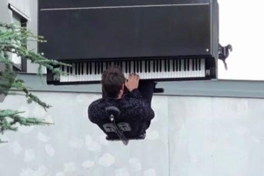 ببینید | نواختن پیانو در حال پرواز
