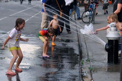 ببینید | گرمای شدید نیویورک؛ شیرهای آتشنشانی برای خنک شدن شهروندان باز شدند