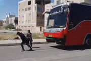 ببینید | کشیدن اتوبوس 18 تنی توسط زن سیرجانی
