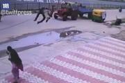 ببینید | پرواز دو عابر هندی در پیاده رو!