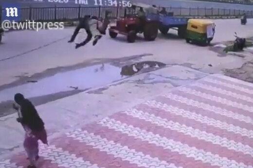 ببینید   پرواز دو عابر هندی در پیاده رو!