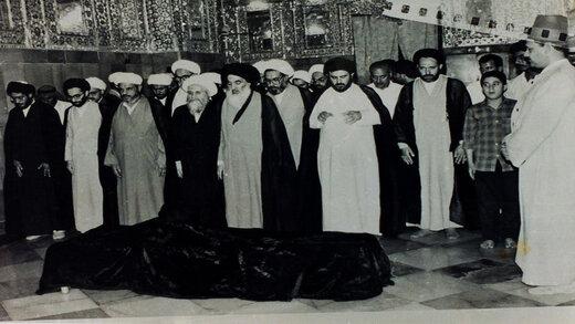 تصاویر کمتر دیده شده از مراسم خاکسپاری آیت الله خویی با حضور آیت الله سیستانی