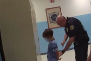 ببینید | دستبند زدن پلیس آمریکا به دست کودک ۸ ساله