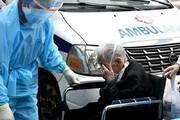 ببینید | فیلمی دردناک از بغض و اشک خبرنگار و بیمار سالمند کرونایی
