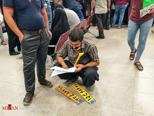 انتظار طولانی در صف تعویض پلاک در روزهایی کرونایی - همدان