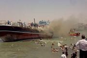 ببینید | کمک مردم برای خالی کردن بار لنج آتشگرفته در بندر گناوه