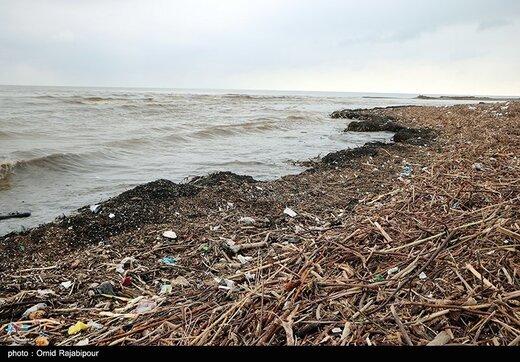 زباله های رودخانه ای در ساحل خزر