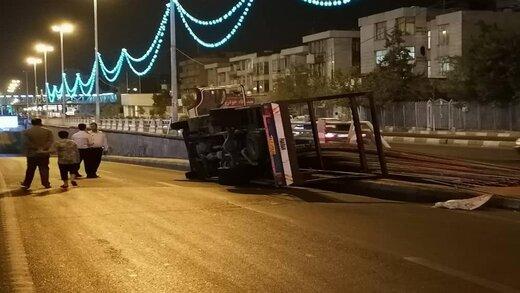 چپ کردن کامیون حامل میلگرد در خیابان آزادی/ تصاویر