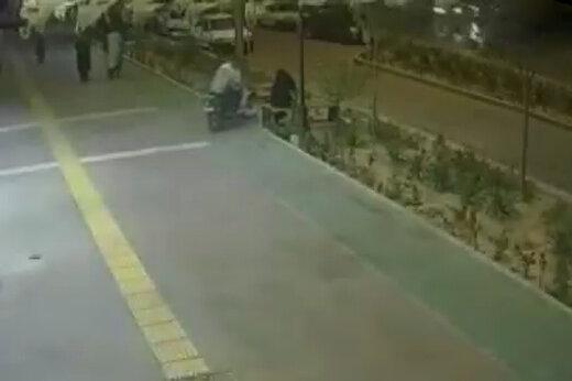 ببینید | لحظه قاپیدن گوشی توسط سارق موتورسوار در مشهد