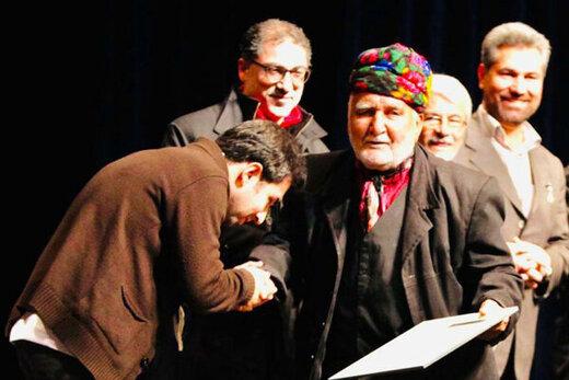 آوازخوانی خواننده جوان بر مزار سهراب محمدی